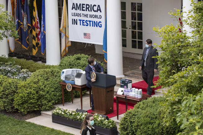 川普在白宮玫瑰園召開記者會,原本是想吹噓病毒檢測增加。(美聯社)