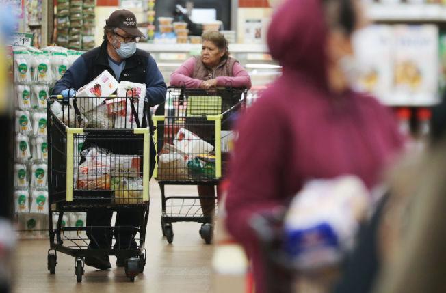 嬰兒潮世代是疫情期間最會囤積生活物資的族群。 (Getty Images)