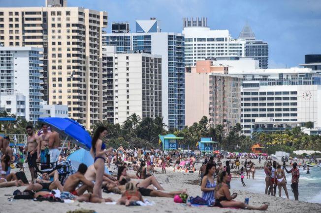 今年3月下旬邁阿密海灘湧入戲水人潮。(Getty Images)