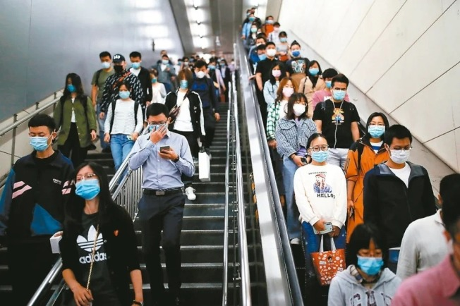 中國民眾搭地鐵都戴著口罩。 (路透)
