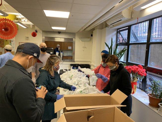 民選官員與社區、非營利組織合作,於11日中午至曼哈頓華埠尼克村送餐給耆老住戶。(主辦方提供)
