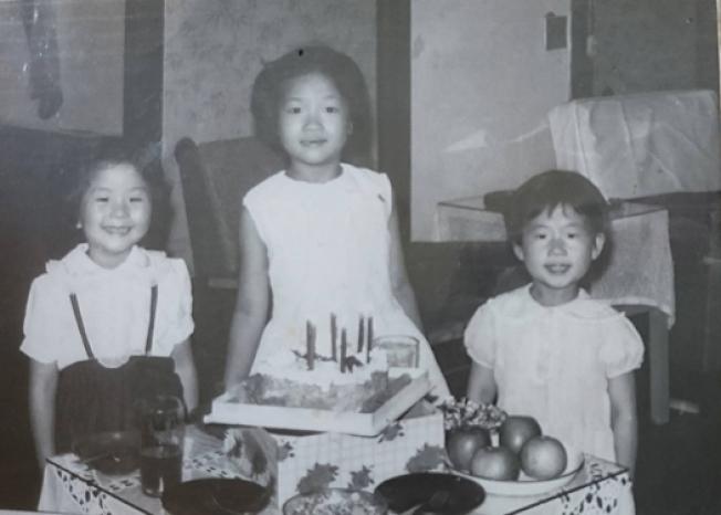 於家客廳為Anna慶生,左起:Anna,我,我妺妹。照片提供/張瑩瑩