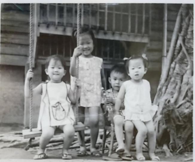 我家前面的鞦韆,左起:Anna、我、鄰居小男生:藍藍、我妺。照片提供/張瑩瑩