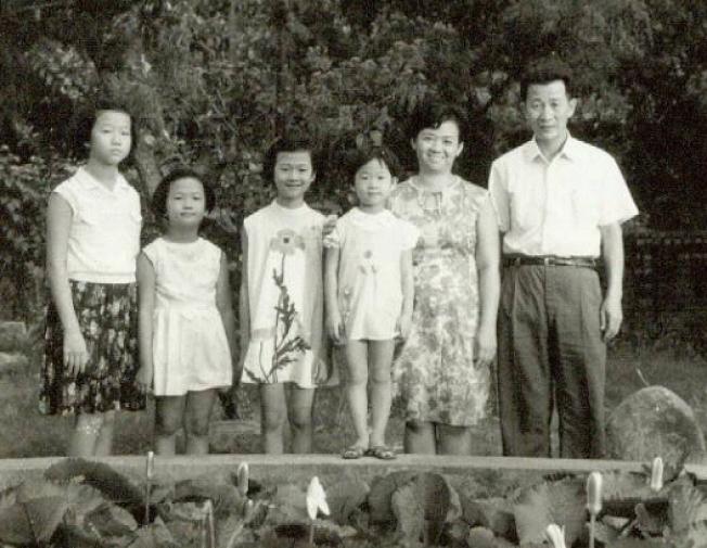 我們全家褔在於家後院的荷花池。照片提供/張瑩瑩