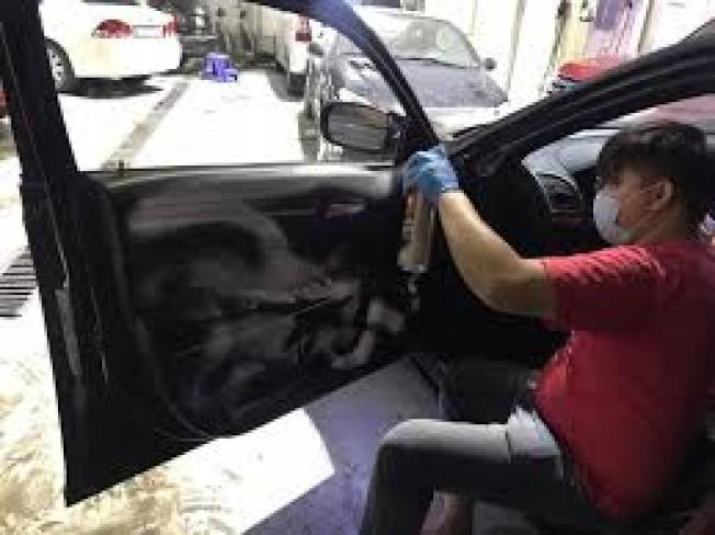 新冠肺炎疫情延燒,車子也必須滅菌,確保交通工具不會把病毒帶回家。(取自臉書)