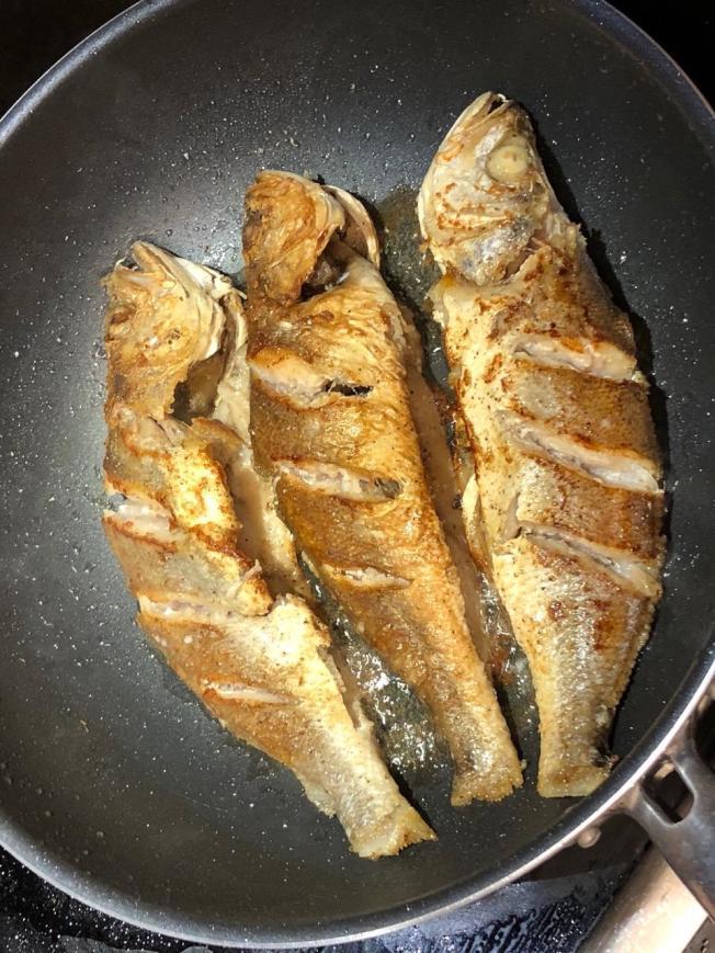 將魚煎到兩面變黃,便可起鍋裝盤。
