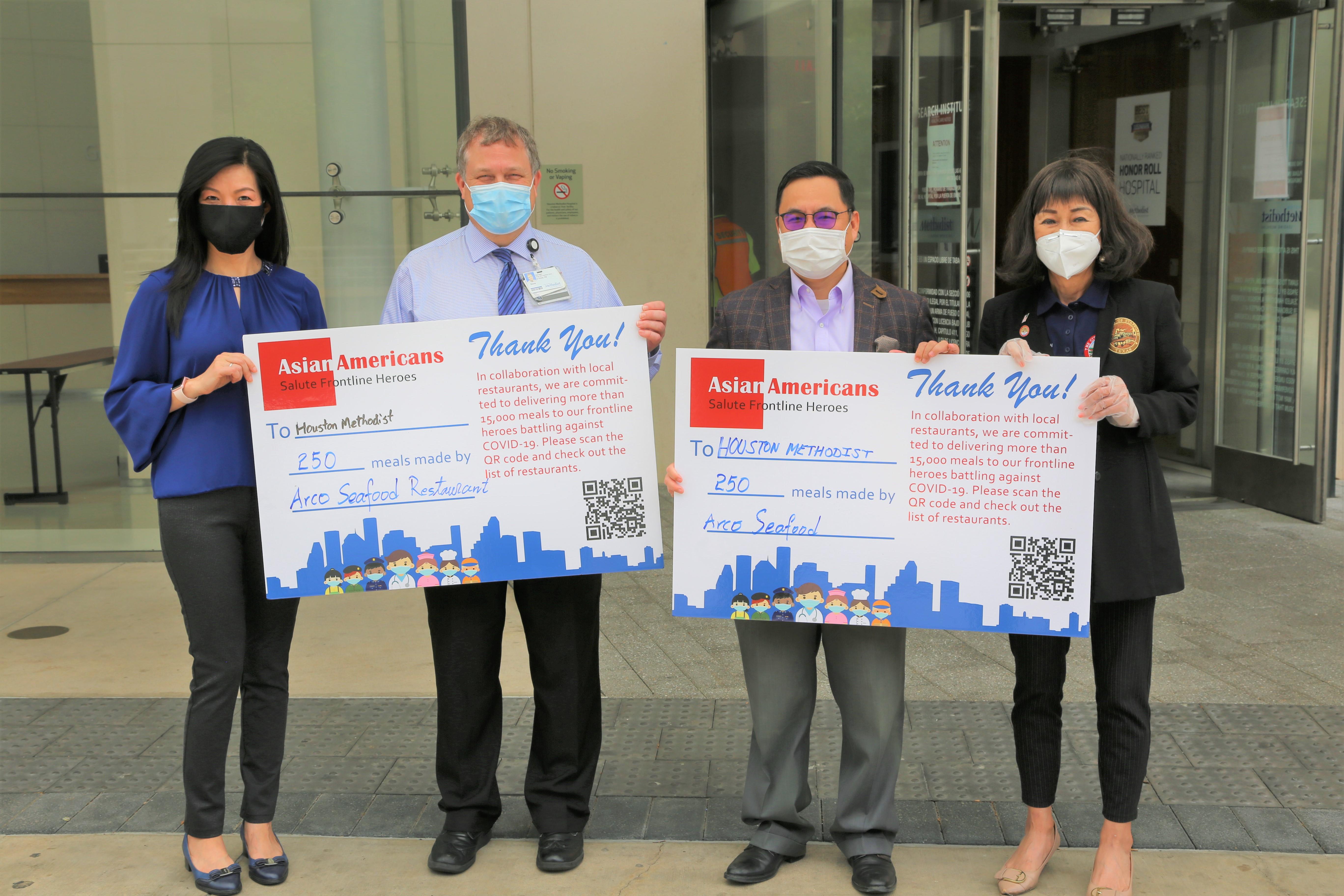 Methodist醫院經理Steve(左二)代表醫院感謝喻斌及譚秋晴等人的贊助。