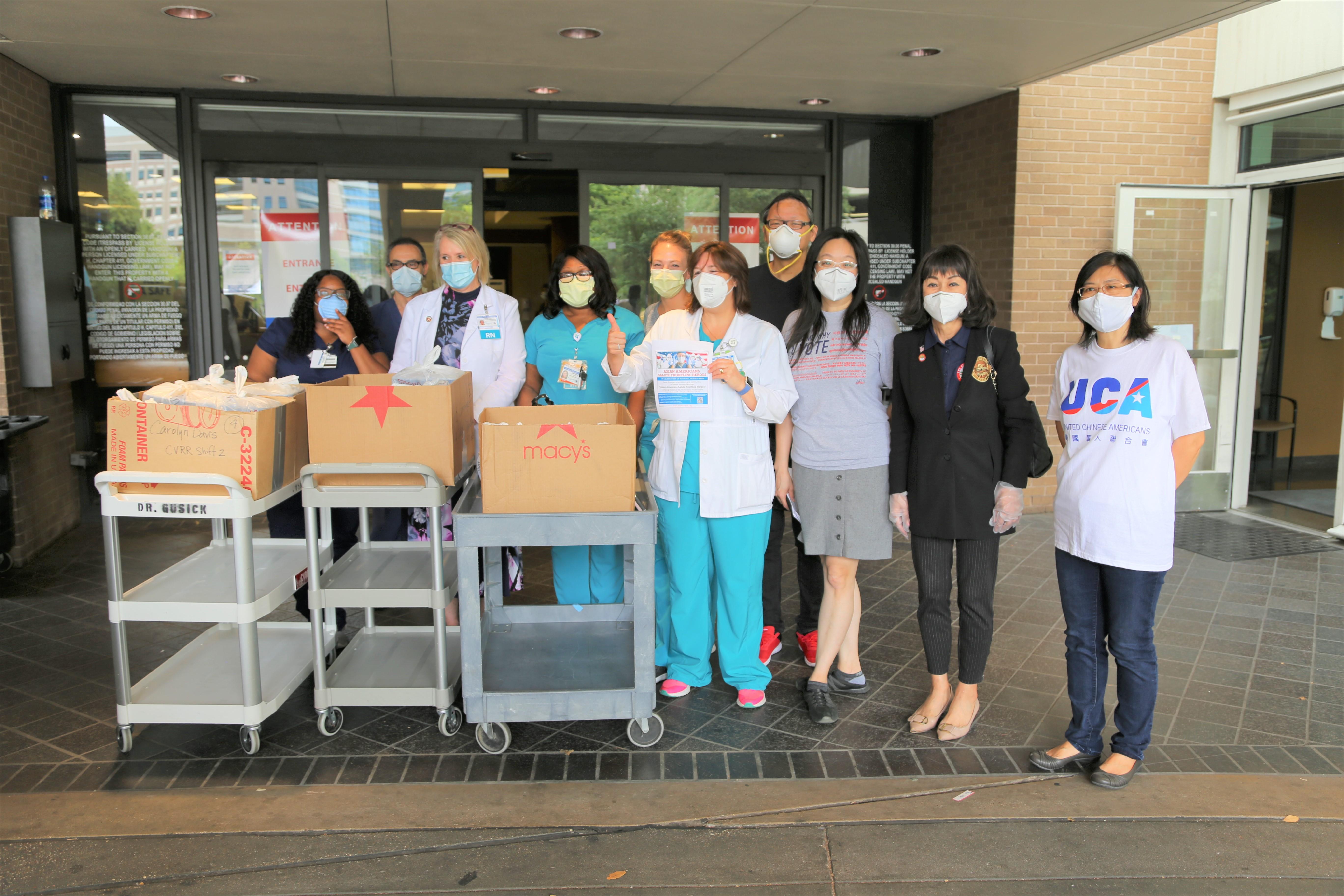 UCA代表Helen謝(右起)、譚秋晴、呷哺火鍋店負責人Debbie陳等送餐到St. Luke's醫院。