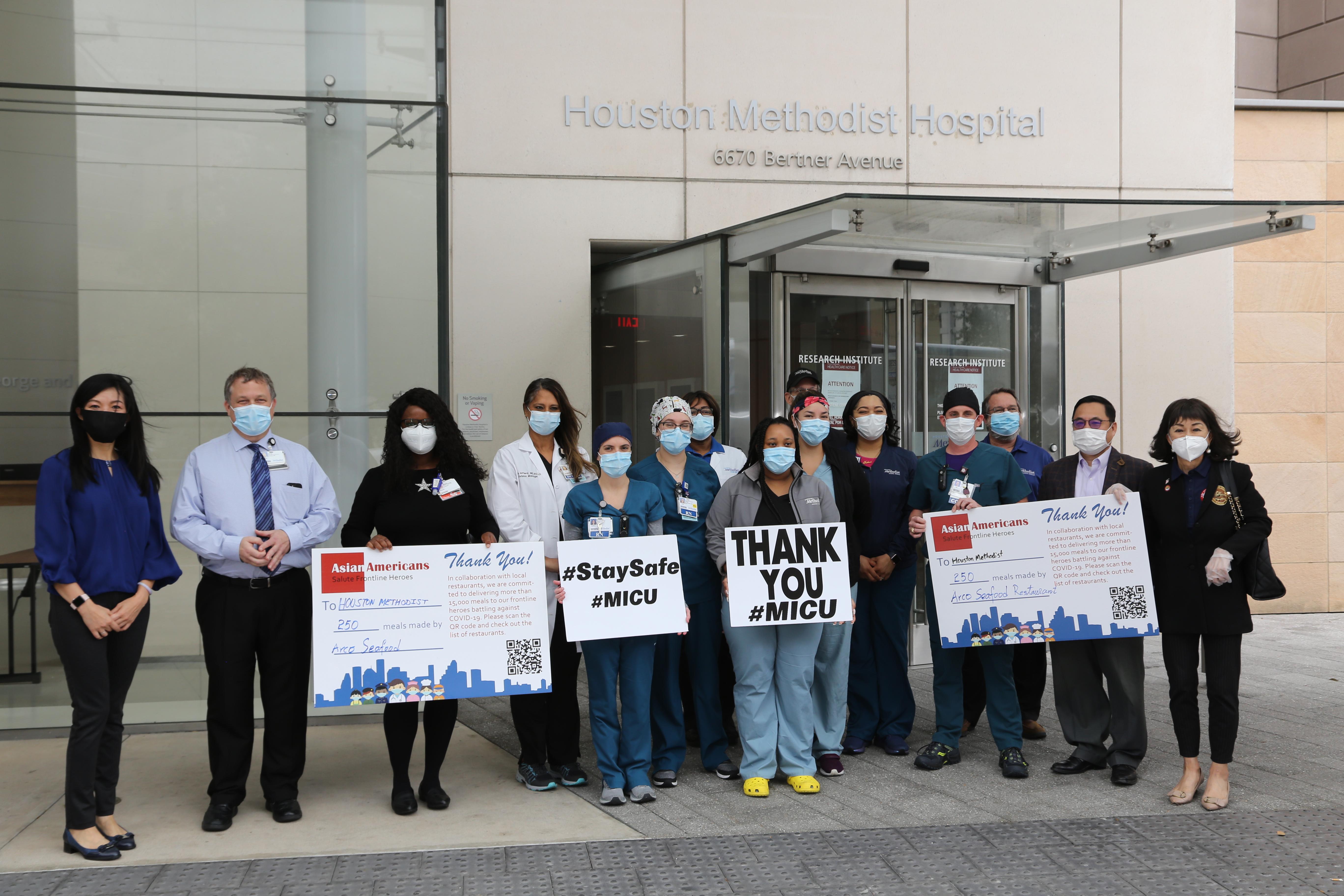 斯坦福市議員譚秋晴(右起)、亞裔商會會長喻斌等送出數百份東海餐館的飯盒給Methodist加護病房的護士,受到熱烈歡迎。