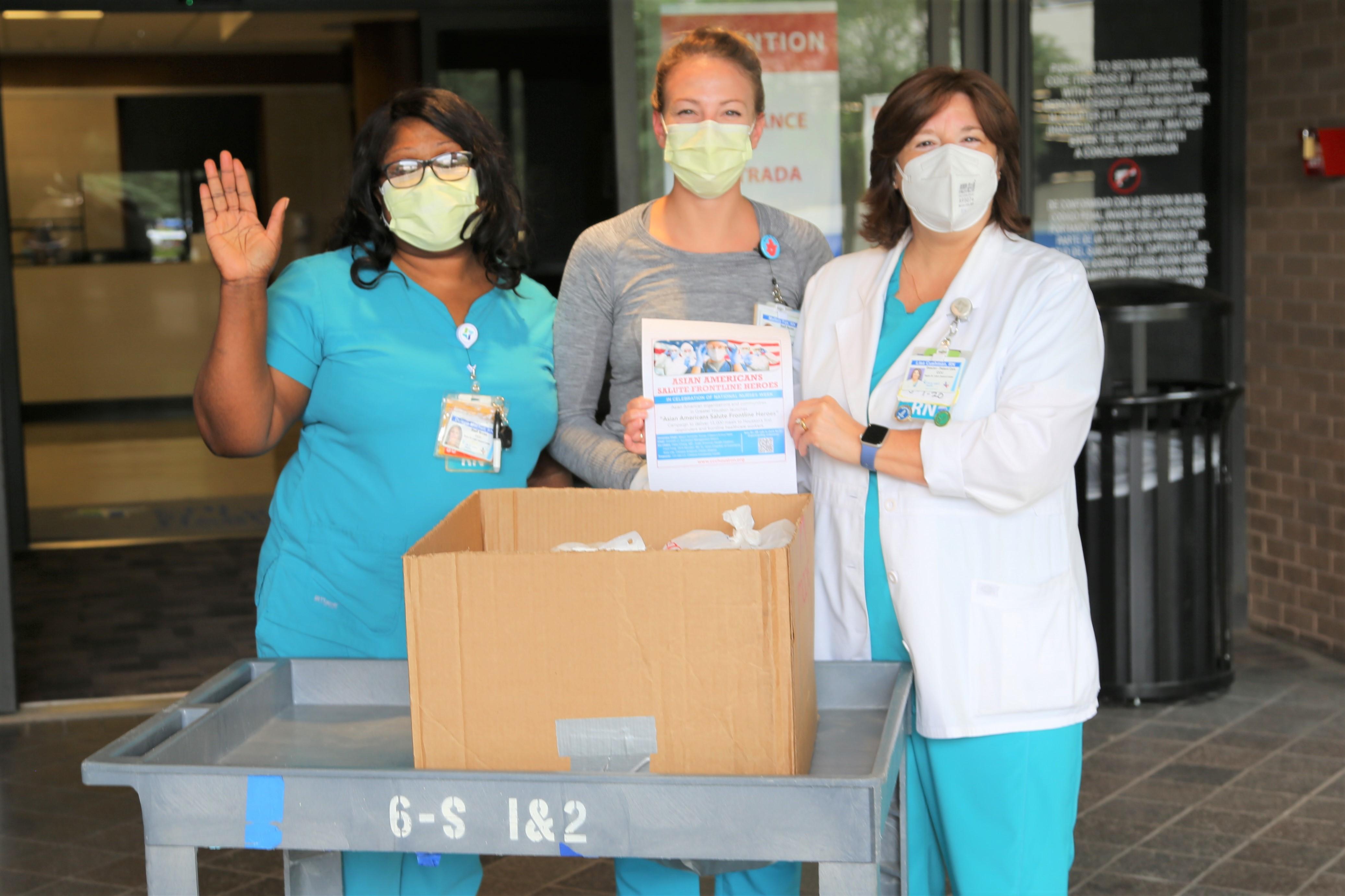 第一線的英雄護士豎起「送餐一萬份,致敬一線英雄」,感謝主辦單位的熱情。
