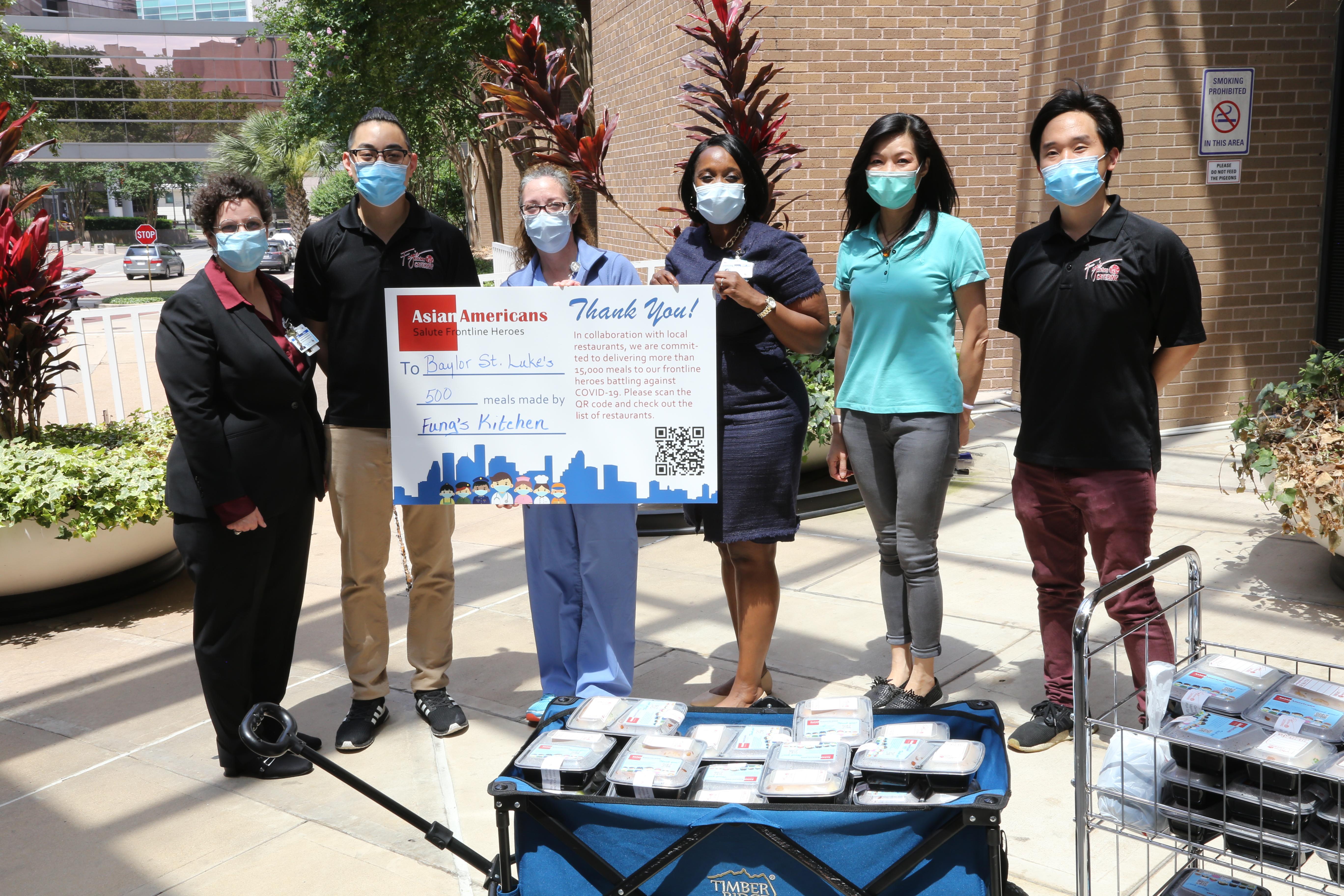 亞裔商會代表Yvonne陳(右二)居間聯絡各大醫院,完美達成任務。