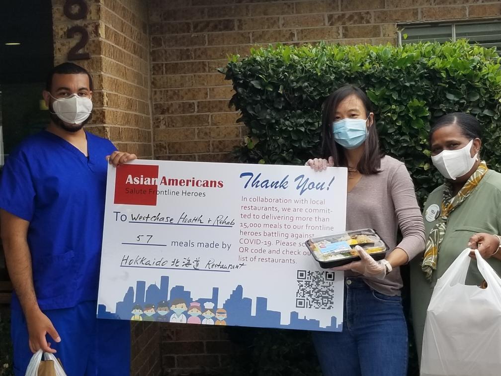 中華文化中心市場部經理Jenny徐(右二)代表送餐給Westchase老人公寓。