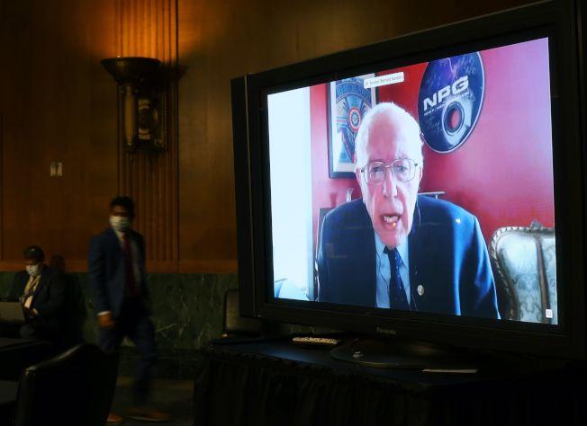 12日,白宮抗疫小組重要成員12日在國會聽證。參議員桑德斯(Bernie Sanders)對一眾官員提問。(Getty Images)
