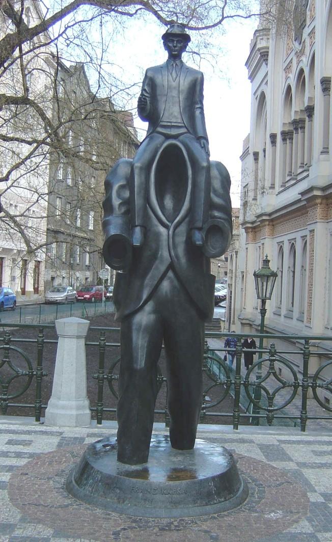 No. 5 布拉格市的卡夫卡紀念像,卡夫卡跨騎在一個奔跑的虛無的人體身上,是捷克藝術家Jaroslav Rona 的作品,把握卡夫卡的精神十分傳神。