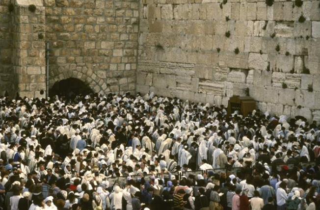 No. 3 猶太民族有獨特的律法、宗教、生活習俗和文化。圖為猶太人在耶路撒冷哭牆前祈禱。