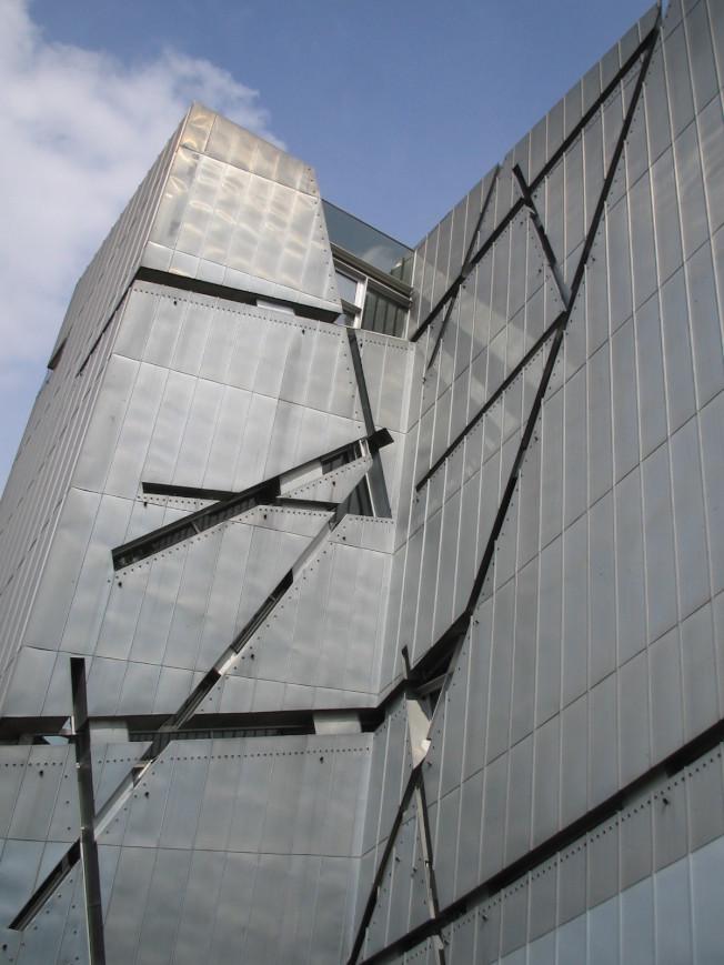 No. 11 猶太博物館牆壁破裂的大衛星表述出猶太人和猶太文化被摧毀,閃電Z字形狀更是隱喻暴力。