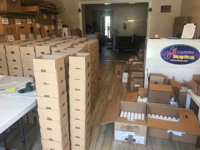 正常情況下每周運走本地包裹近200個,受疫情影響現在每周運走20個,運貨量銳減。(記者王全秀子/攝影)