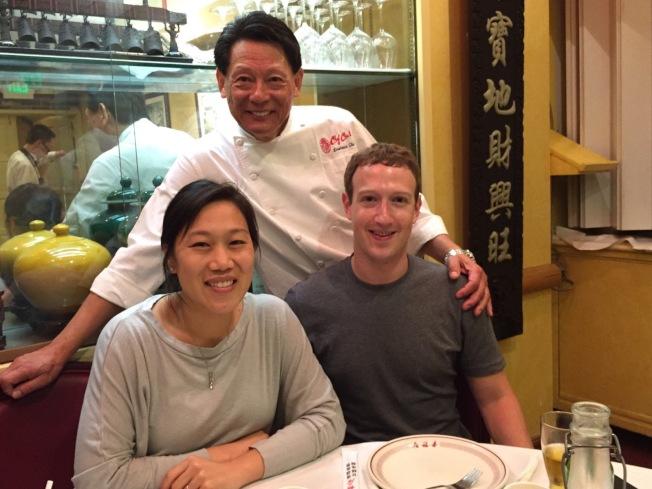 查克柏格(前右)捐給喜福居十萬元,朱鎮中(後)表示受寵若驚。(圖:朱鎮中提供)