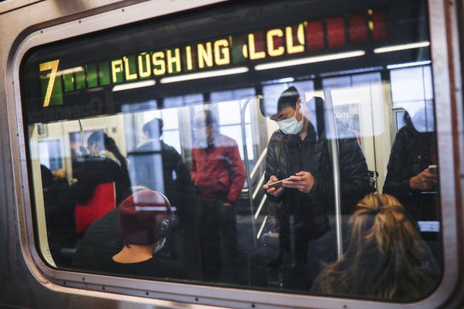 4月7日,紐約7號線地鐵上,有些乘客戴著口罩。(美聯社)