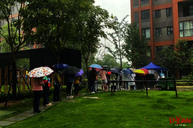 公共綠地上,有近30多名居民在排隊等候。(取材自紅星新聞)