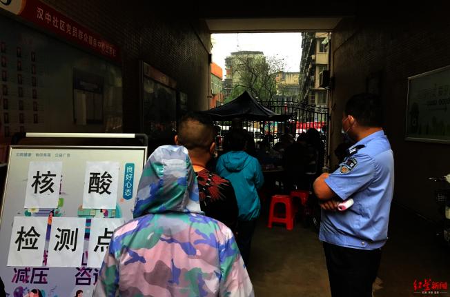 小區居民排隊等候檢測。(取材自紅星新聞)