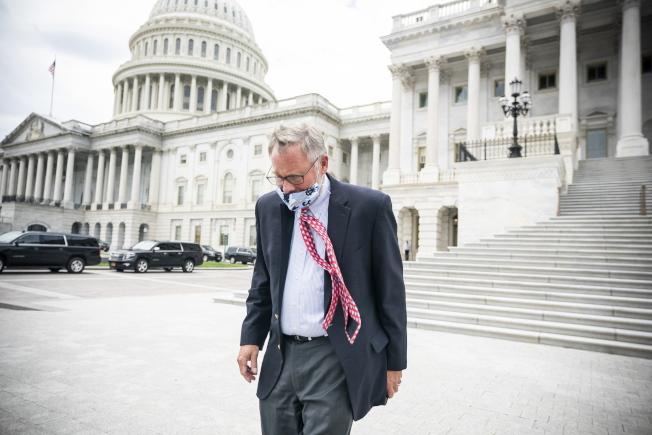 共和黨籍聯邦參議員波爾被指控利用內線消息在股市崩跌前拋售股票,波爾14日辭去聯邦參院情報委員會主席的職位。圖為他離開國會大廈。(歐新社)