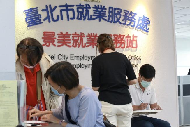 主計總處公布,台灣3月底全體受雇員工人數,較上月底減1萬9000人。(記者黃義書/攝影)