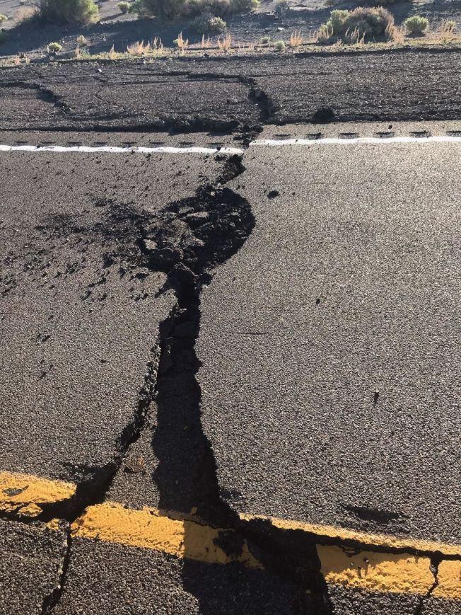 內華達中部地震震裂了95號州公路。(內華達公路警局提供)