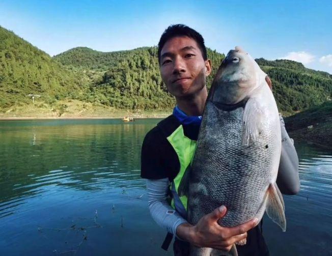 贵州贵阳的周先生手机在乌江漂流八个月,当它被找到时,居然还能使用。(视频截图)