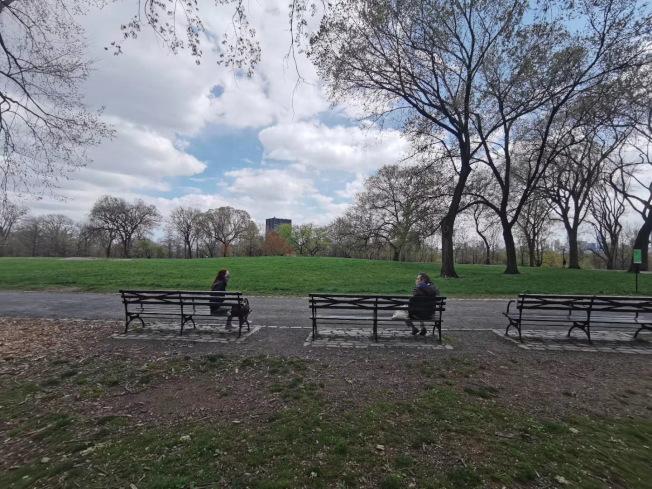 纽约市仍实施海滩关闭,公园限流。(记者张晨/摄影)