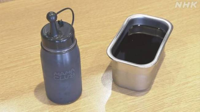 店家把原本的寬口沾醬盒(右)換成尖嘴瓶(左)。(取自NHK)