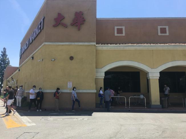 周末生意繁忙時段,超市門口出現人流。(記者王全秀子╱攝影)