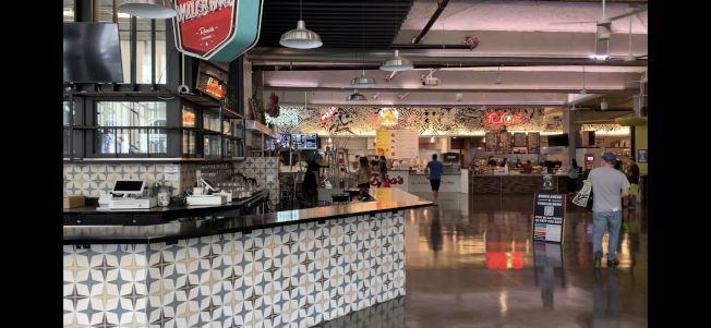 Food Lab美食街15日第一天開放,室內就餐桌椅撤出,只提供訂餐及外帶服務。(記者啟鉻╱攝影)