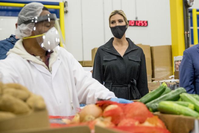 川普總統長女伊凡卡(右)15日參訪馬里蘭州的食物分銷中心。(美聯社)