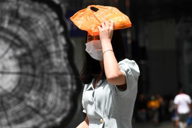 炎熱天氣長時間戴口罩,要注意補充水分攝取,防止中暑。(Getty Images)