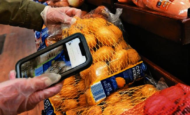疫情改變了人們採購食物的方式,賣場購物車可能越來越無用武之地。(Getty Images)