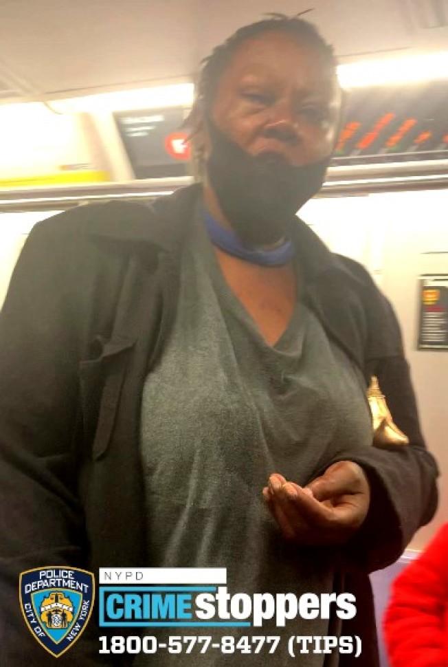 該非洲裔嫌犯在地鐵上攻擊一名亞裔女性,被市警以仇恨犯罪通緝。(市警提供)