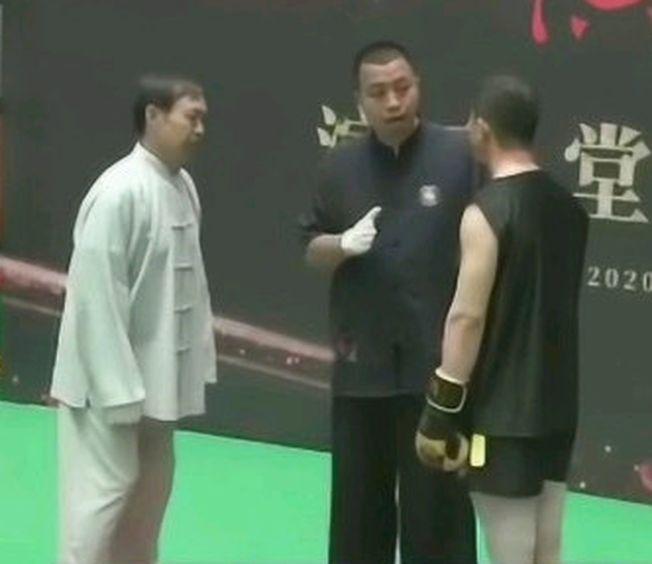 馬保國(左)與搏擊愛好者王慶民進行擂台戰PK。(視頻截圖)