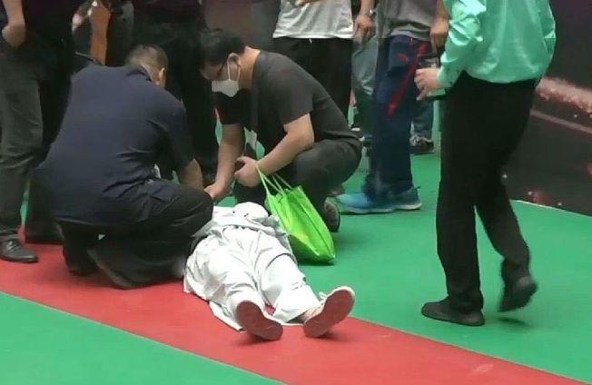馬保國中拳,重摔倒地上爬不起身。(視頻截圖)