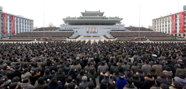 圖為北韓2017年1月5日在平壤金日成廣場舉行大規模群眾集會,可見兩位前領導人肖像。 (新華社)