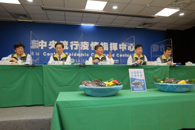 中央流行疫情指揮中心17日端出漁業署準備的十尾石斑魚,慶賀台灣新冠肺炎零確診邁入第十天。(圖:指揮中心提供)