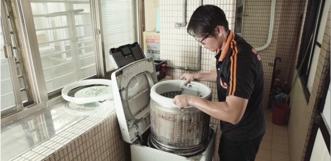 防疫期間洗衣服的次數變多了,洗衣機的清潔更顯得重要,以免衣服越洗越髒。(圖:特力屋提供)