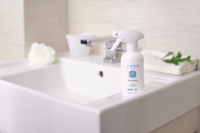 選購具備殺菌功能,可對抗浴室角落陳年汙垢的浴廁除霉噴霧。(圖:潔淨學提供)