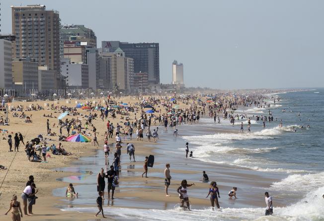 氣溫升高,更多人湧往海灘。圖為維吉尼州的海灘多是保持社交距離的人潮。(美聯社)