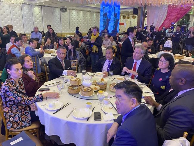 白思豪(左五)13日到法拉盛用餐,為華社打氣,左一起為市長移民事務辦公室(MOIA)主任摩斯托菲(Bitta Mostofi)與巴博特,右一起為顧雅明與畢夏樸。(記者牟蘭/攝影)