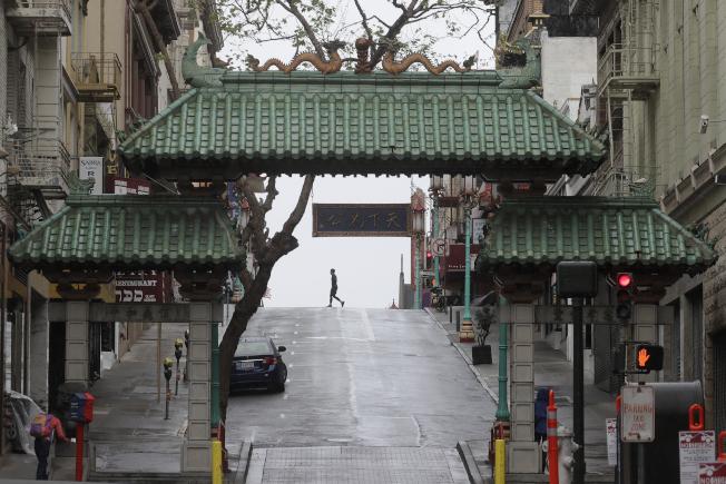 被新冠疫情掃過,全美餐館陷入重新開業復工的挑戰,尤其以中餐館業壓力最大,原有顧客不敢到華埠消費。圖為今年4月的舊金山華埠,不見遊客。(美聯社)