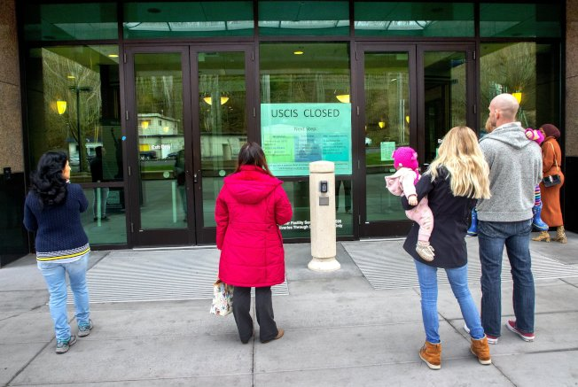 受疫情影響,近幾個月綠卡、入籍及其他項目移民申請案件減少,讓身為移民體系聯邦主管機關的移民局,瀕臨破產邊緣。圖為申請者今年3月的一天來到華盛頓州一移民局辦公樓前,發現辦公樓因疫情關閉。(美聯社)