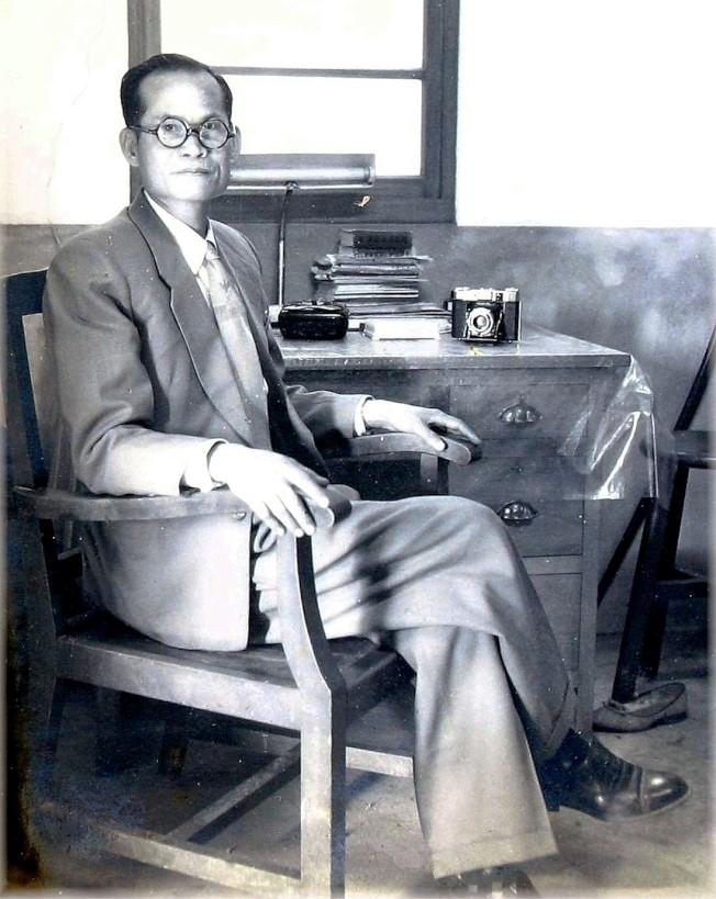 作者的父親和德國蔡司相機。