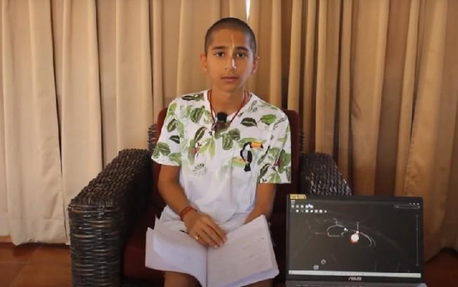 印度天才少年阿南德利用ASUS筆電解釋他的占星預言。 圖/擷自YouTube
