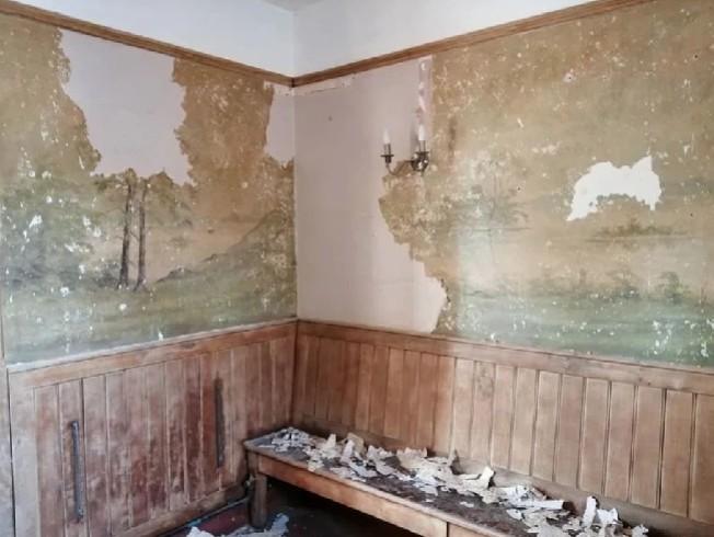 英國一間酒吧準備重新粉刷,刮除壁紙時意外發現塵封50年的壁畫。圖擷自The Sun